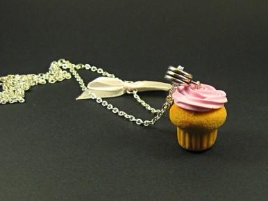 Collier cupcake glaçage rose tendre en argile polymère