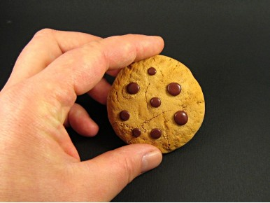 Miroir caché dans une réplique de cookie en Fimo
