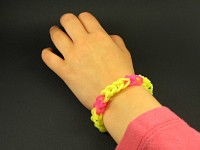 Bracelet loom fluo bicolore