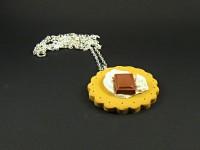 Collier fantaisie reproduction d'un biscuit avec chantilly et carré de chocolat