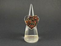 Bague coeur en résine remplie de microbilles colorées