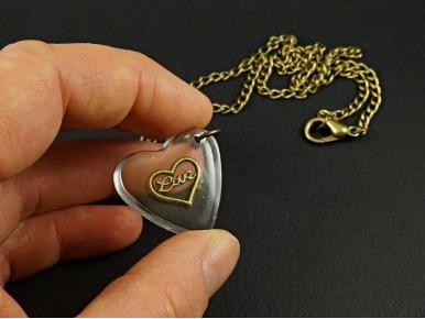 Collier fantaisie pendentif artisanal coeur en résine inscription love