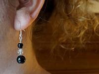 Boucles d'oreilles fantaisie perles lisses noires et perles facettées translucides