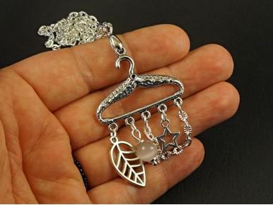 Collier fantaisie création originale cintre décoré de perles et breloques
