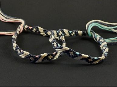 Bracelet brésilien zigzag présenté en deux couleurs