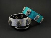 Bracelet fantaisie effet cuir avec 5 rivets tête de mort strassées de cristaux