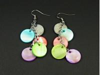 Boucles d'oreilles fantaisie grappe de sequins de nacre colorée