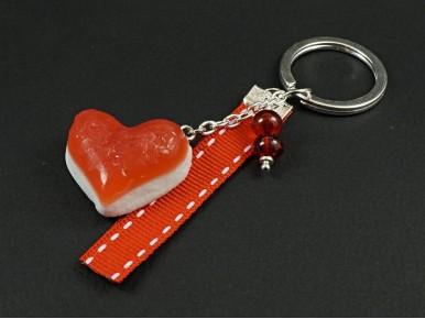 Porte-clé gourmand représentant un bonbon gélifié coeur rouge