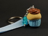 Porte-clé gourmand cupcake bleu et touche de chocolat