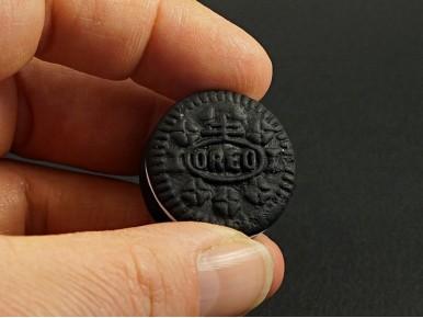 Magnet artisanal en argile polymère représentant un biscuit Oréo