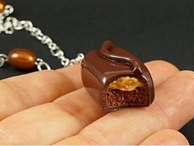 Collier artisanal en Fimo représentant une barre chocolatée Mars