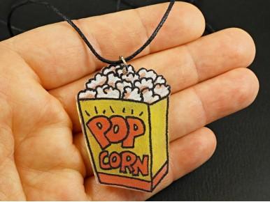 Collier artisanal en plastique fou motif carton de popcorn