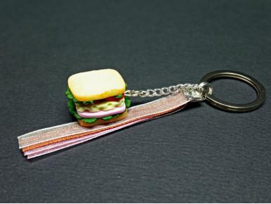 Porte-clé artisanal sandwich réalisé en pâte polymère