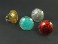 Bagues fantaisie rondes en différents coloris en résine incrustée de pailettes