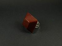 Bague en résine artisanale en forme de pyramide marron