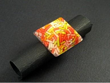 Bague artisanale en résine avec des vermicelles multicolores