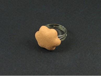 Bague représentant des pâtés de sables