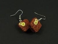 Boucles d'oreilles gourmandes en argile polymère représentant des brownies chocolat