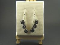 Boucles d'oreille constituées de perles représentant des dés à jouer