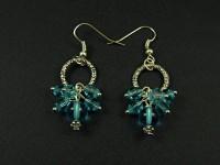 Boucle d'oreille fantaisie composée de perles de verre bleues transparentes et d'un grand anneau