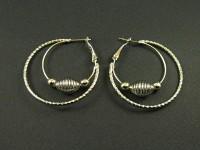 Boucles d'oreilles créoles avec une perle cage