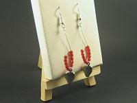 Boucles d'oreille pendantes en perles de verre facettées rouges et de breloques métalliques fraise