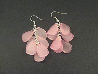 Boucles d'oreilles grappes de pétales roses givrées