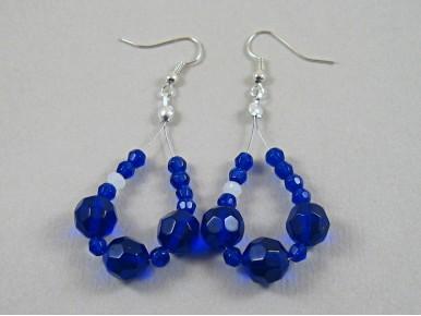 Montage de perles bleues électriques pour des boucles tendances