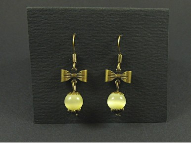 Boucles d'oreilles noeud couleur bronze avec une perle jaune clair