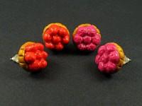 Boucles d'oreille puces représentant des tartelettes de fruits rouges