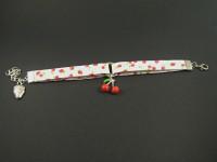 Bracelet tissu avec une breloque cerise