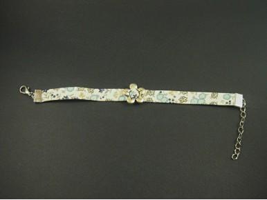 Bracelet fantaisie en tissu fleuri avec une fleur