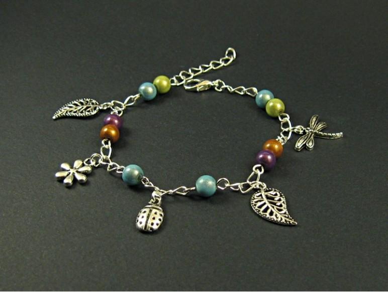 bracelet fantaisie perles color es et breloques. Black Bedroom Furniture Sets. Home Design Ideas