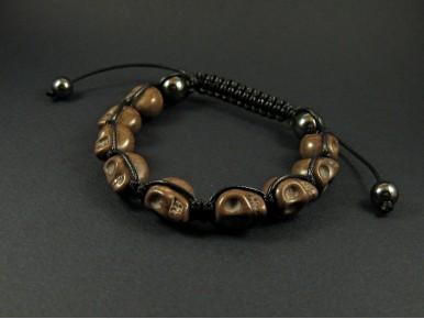 Bracelet composé de perles tête de mort couleur marron