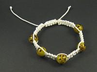 Bracelet tissage shamballa blanc avec des perles de verre moucheté couleur moutarde