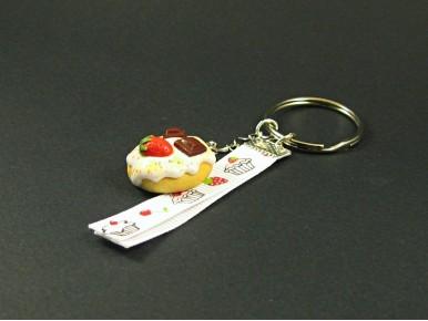 Porte-clé gourmand décoré d'un gâteau nappé en argile polymère et d'un ruban imprimé