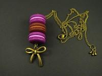 Pendentif gourmand trio de macarons monté sur chaîne réglable couleur bronze avec noeud
