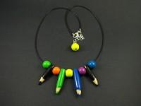 collier artisanal avec des crayons de couleur et des perles en Fimo