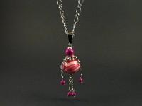 Collier fantaisie dont le montage des perles représentent un personnage