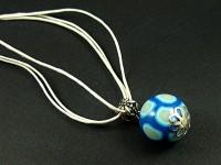 Collier triple cordon avec une perle artisanale bleue