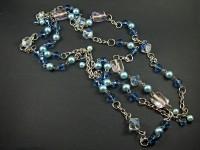 Collier fantaisie long regroupant une multitude de perles de verre dans les tons bleus