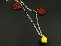 Collier avec des carreaux de chocolat et mms