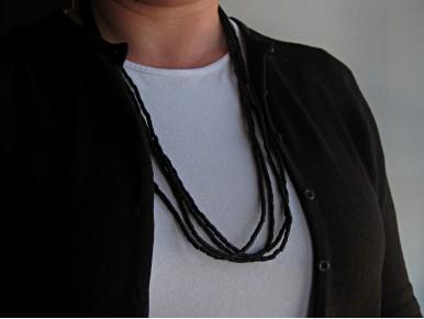 Long collier 4 rangs avec des perles de bois