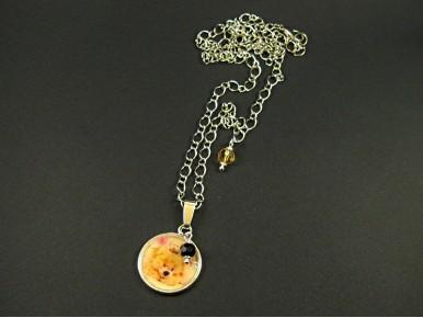 Collier avec médaillon ourson en résine avec perles facettées