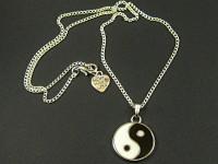 Collier fantaisie avec un pendentif émaillé Yin et Yang