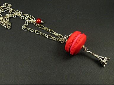 Collier avec un macaron rouge et une breloque tour Eiffel