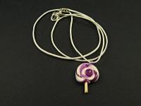 Collier artisanal et son pendentif sucette violette