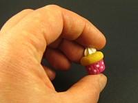 Mini magnet cupcake fuchsia avec décor crème
