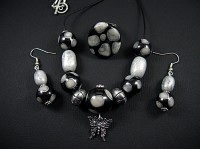 Parure artisanale grise et noire
