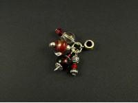 Pendentif composé de perles de verre et métalliques